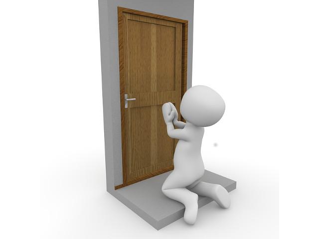 Ouverture d'une porte claquée