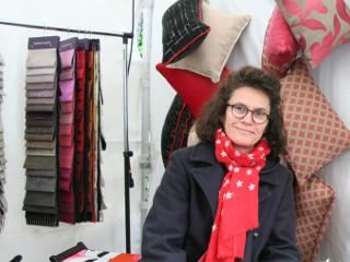 Sandrine, tapissière, redonne vie aux fauteuils