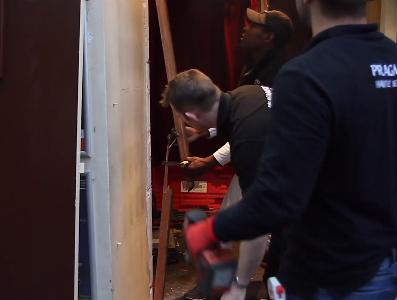Vidéo : Remplacement des portes d'un théâtre parisien